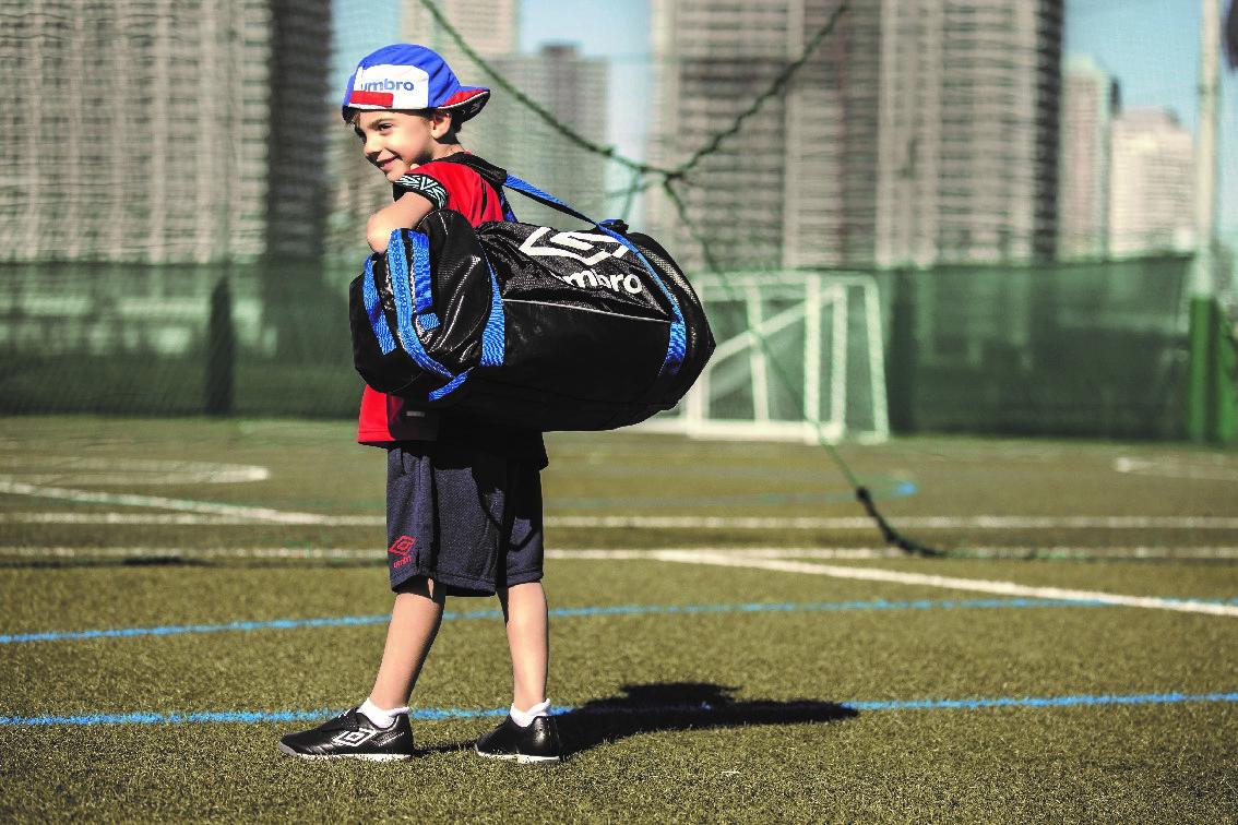"""「アンブロ」はサッカーバッグも""""ママ目線""""で機能性充実! いいバッグを使えば子どもの収納力が向上する!?"""